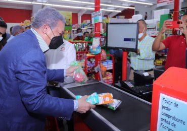 VIDEO | Leonel Fernández visita y compra en un supermercado de San Francisco de Macorís