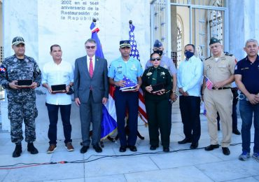 Alcalde de Fort Myers entrega llave de la ciudad al director general del CESAC