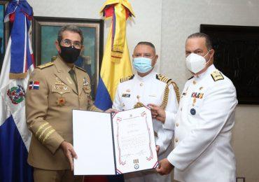 Ministro de Defensa condecora al Agregado Militar, Naval, Aéreo y Policial de Colombia en RD