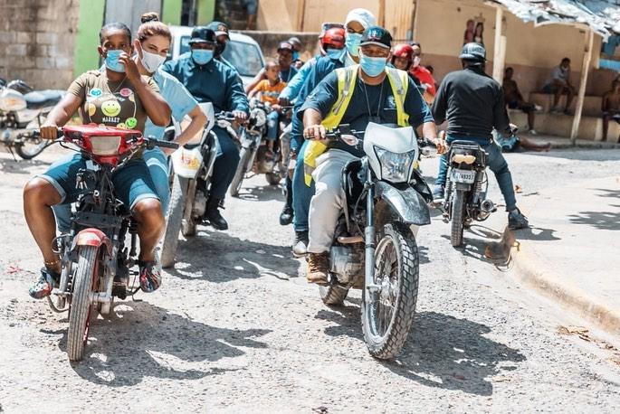 VIDEO | Alcaldesa Carolina Mejía llega en motor a Capotillo