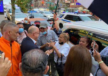 Francisco Domínguez Brito conversa con manifestantes en New York