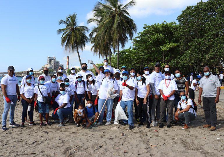 Fundación Refidomsa realiza operativo de limpieza de playa en Haina