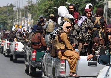 Talibanes preparan nuevo gobierno en Afganistán y los combates se intensifican