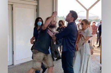 "Ben Affleck protege a Jennifer López de fanático que quería ""selfie"" con ella"
