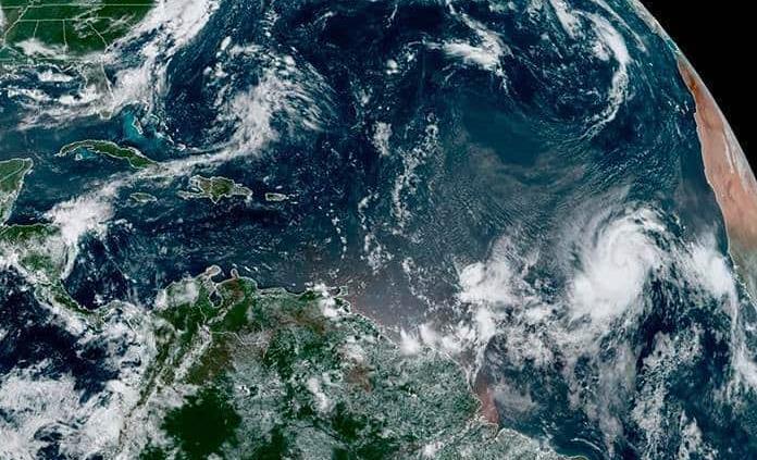 Aumenta potencia de huracán Larry y amenaza con corrientes de resaca a costas de EEUU
