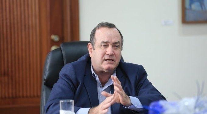 Investigan posible soborno de rusos a presidente de Guatemala
