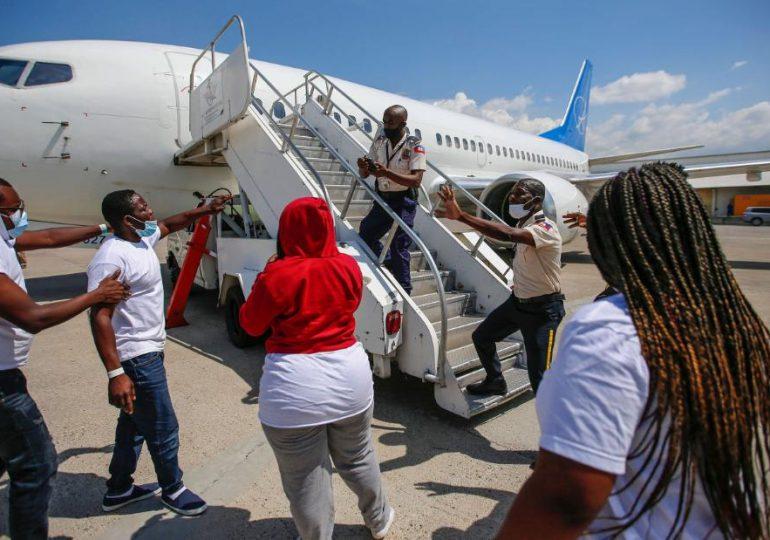 Caos en pista de aeropuerto de Haití después de deportación de migrantes de Estados Unidos