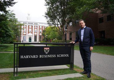 Ito Bisonó visita laboratorio de innovación de Harvard