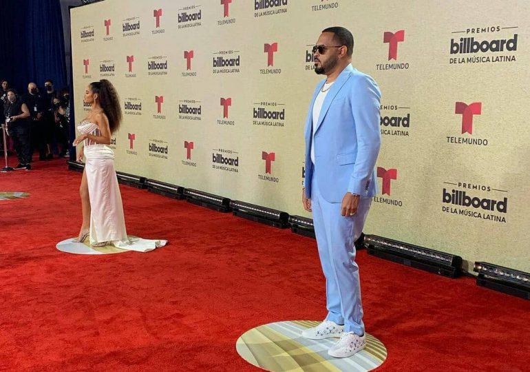 Famosos que llegaron en pareja a los Premios Billboard 2021