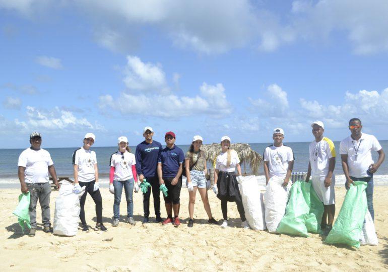 Fundación Cap Cana realiza jornada de limpieza en Playa Macao