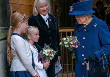 La reina Isabel II fue vista en público con un bastón por primera vez