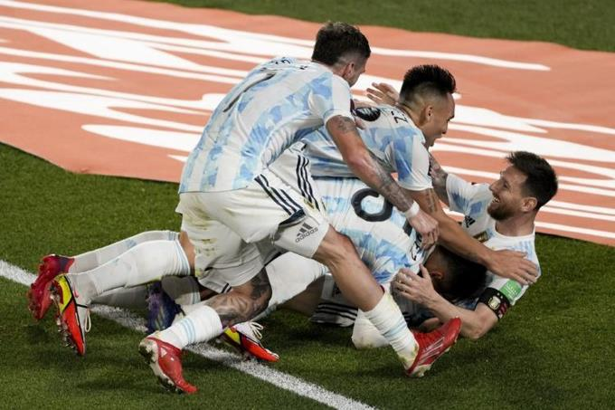 Argentina golea a Uruguay, Lionel Messi marca uno