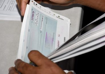 IAD e INDRHI devuelven RD$4.3 millones en cheques no reclamados