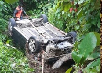 Hombre sobrevive al volcarse auto que conducía en Puerto Plata
