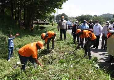 Deligne Ascención supervisa trabajos del MOPC en la autopista Duarte
