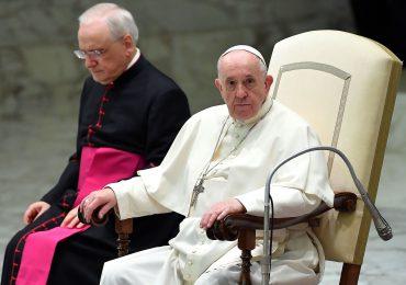 """El papa expresa su """"vergüenza"""" por los abusos sexuales en Francia y Macron pide """"verdad y reparación"""""""