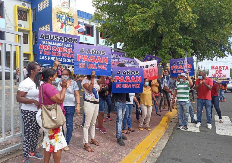 Ex empleados de Alcaldía Santo Domingo Norte reclaman pago de prestaciones