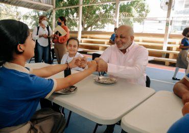Ministro Fulcar comparte almuerzo con estudiantes