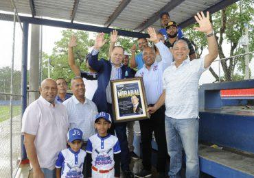 Federación de Béisbol reconoce la trayectoria del cronista Franklin Mirabal