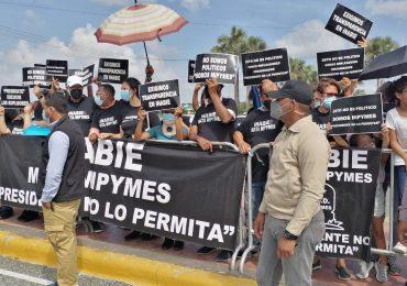 Vídeo  Suplidores y oferentes del almuerzo escolar  protestan durante actividad encabezada por Luis Abinader en Malecón SDE
