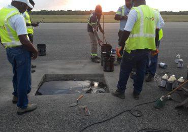 Reparan bache en  pista de aterrizaje del AILA-JFPG  que provocó desvío y retraso de vuelos