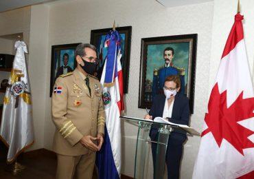 Ministro de Defensa recibe visita de Embajadora de Canadá en el país, tratan temas de interés