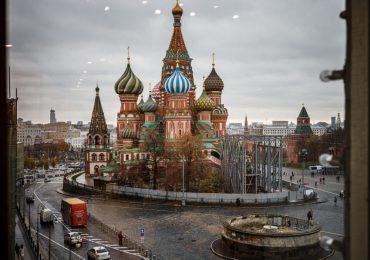 Moscú ordena cierre de servicios no esenciales en otro día récord de muertos de covid-19