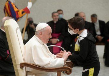 Niño pide el solideo al papa durante la audiencia general en el Vaticano