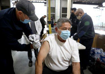 Nueva York obliga a policía y bomberos a vacunarse contra covid-19