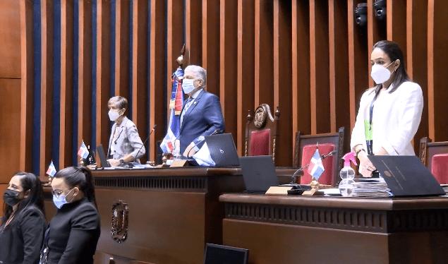 Senadores rinden un minuto de silencio por asesinato de Leslie Rosado