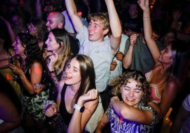 Tres detenidos en Reino Unido tras una ola de pinchazos para drogar a estudiantes en discotecas
