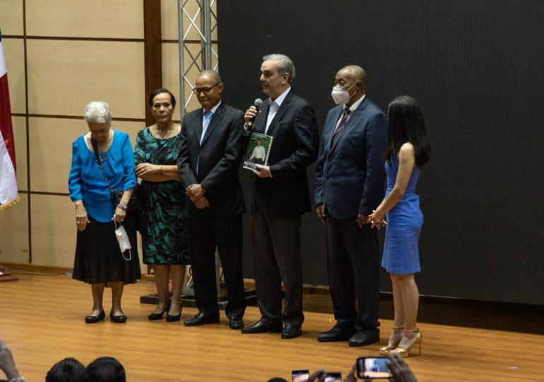 """Presidente Abinader asiste a puesta en circulación del libro «Construyendo futuro"""""""