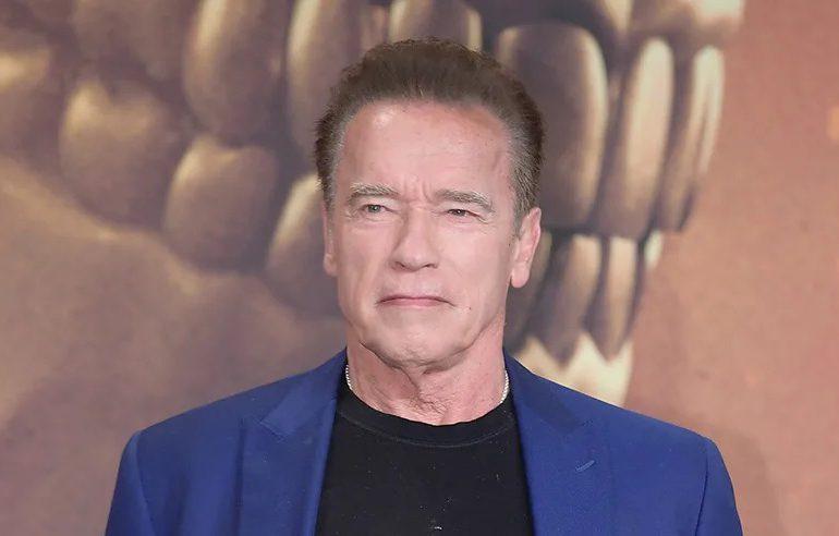 Arnold Schwarzenegger se pasa de listo en un evento en Reino Unido