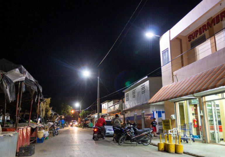 Edesur ilumina mercado municipal de San Juan tras 12 años de espera