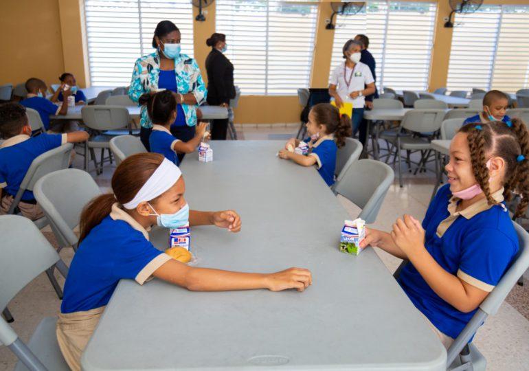 Almuerzo escolar inicia este lunes con un menú criollo: moro de habichuelas, res guisada y ensalada
