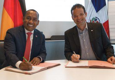Departamento Aeroportuario firma acuerdo con Aeropuerto de Alemania para mejoras aeroportuarias