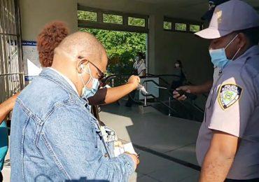 Impiden entrada a personas sin tarjeta de vacunación en el Metro de Santo Domingo