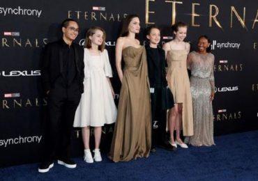 Angelina Jolie deslumbra con sus hijos, en estreno de película