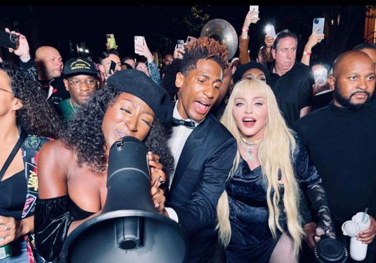 Madonna sorprende con show improvisado en calles de Harlem, Nueva York