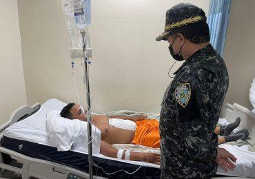 General Eduardo Then visita a policía herido de bala, tras impedir asalto en Villas Agrícolas