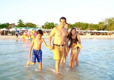 Vídeo| Director de INAPA se baña en playa Boca Chica junto a su familia, asegura está libre de contaminación