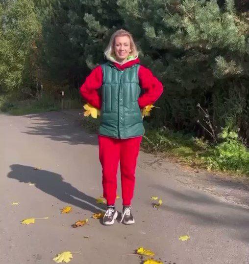 Portavoz de la Cancillería rusa María Zajárova muestra cómo baila bachata a lo ruso